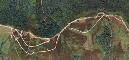 Parque eólico de Urkilla (vista aérea). Molinos y pistas urbanizan la cumbrera. Ancho de la imagen = 2.3 km